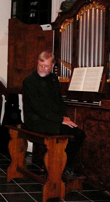 Piet Cnossen aan het kabinetorgel in de Lathumse kerk